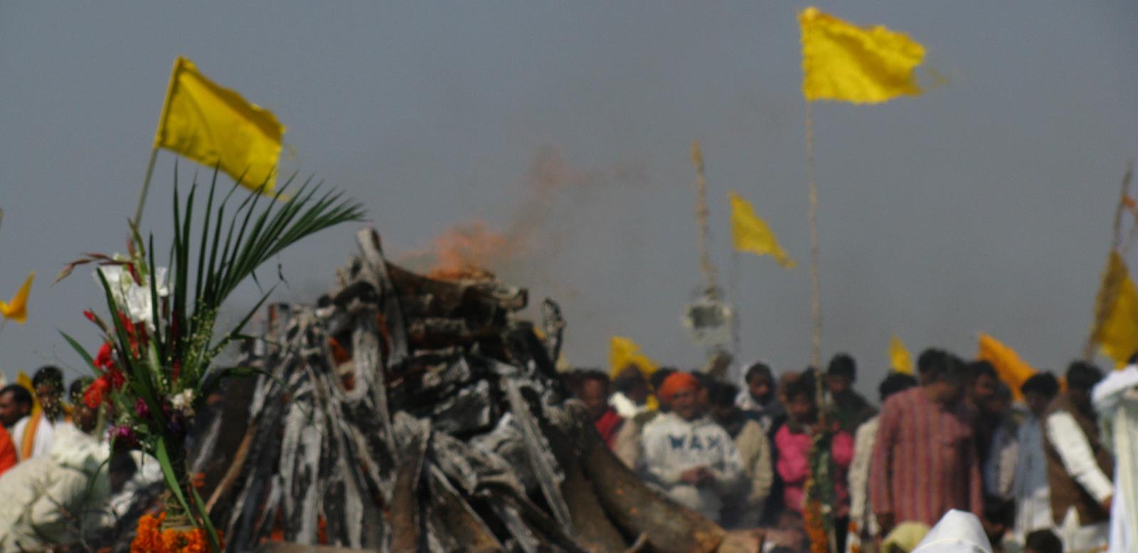 maharishi mahesh yogi funeral fire