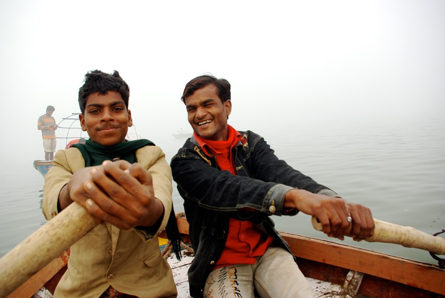 two-boys-rowing-ganges-river-india