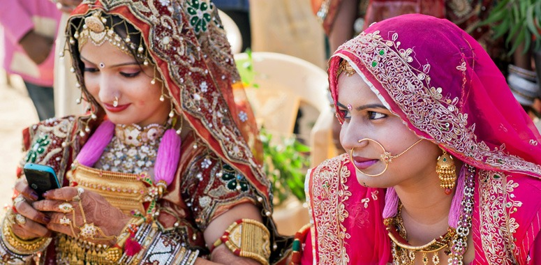 indian-women-using-cell-phones