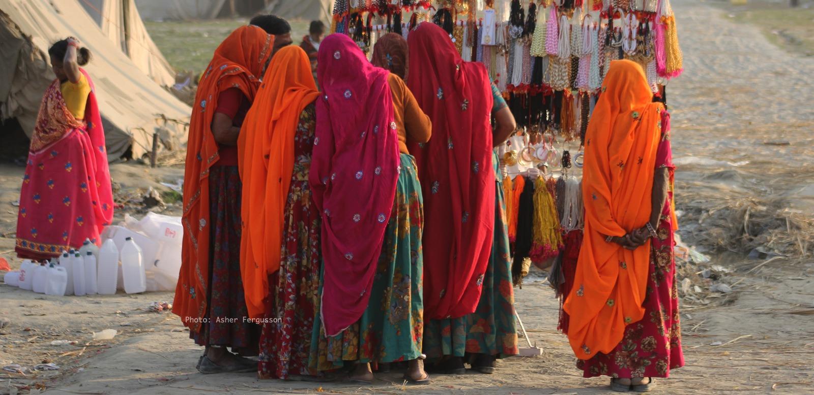 indian-women-solo-travel-shopping