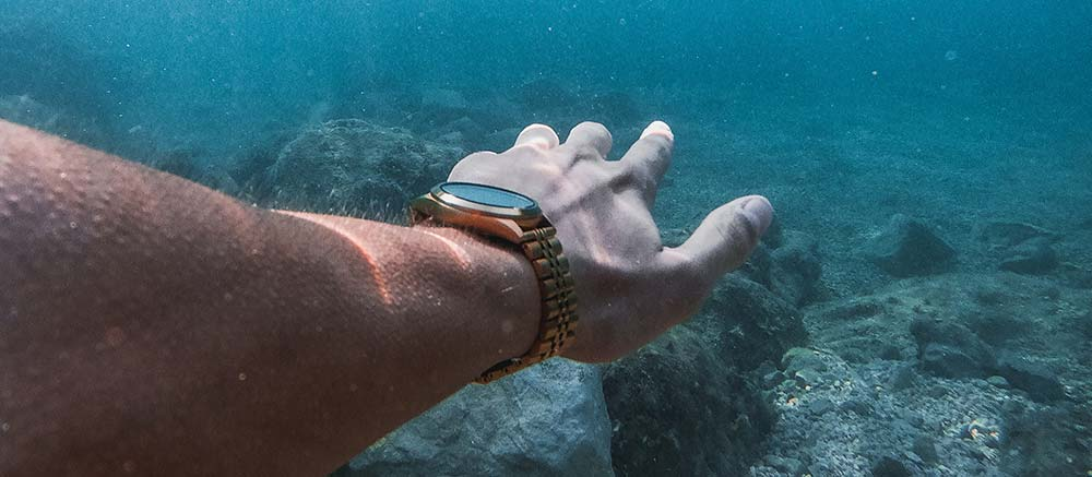 Diving with a watch on
